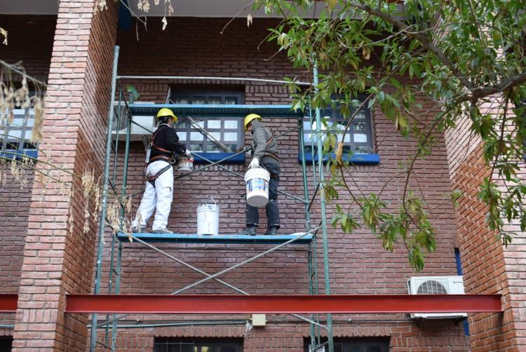 El mantenimiento comprende pintura, restauración de la carpintería externa y reparación de veredas perimetrales